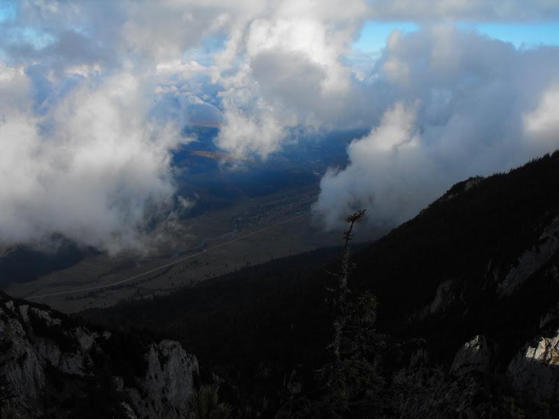 și norii tot vin, traversează drumul din Zărnești spre Plaiul Foii