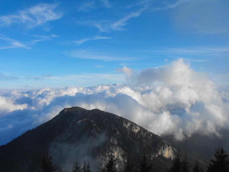 Piatra Mică, marea de nori și Bucegii undeva la orizont