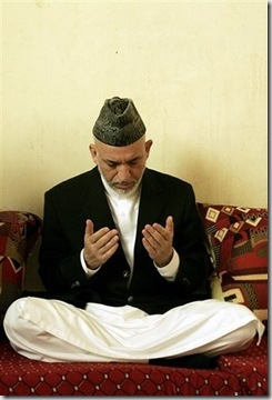 Karzai Prays