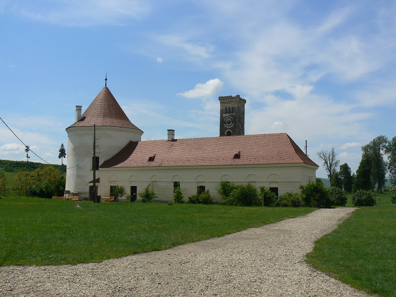Castelul Banffy - Vechiul corp al bucătăriei, cu turnul de observaţie pe fundal