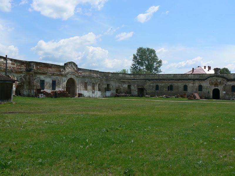 Castelul banffy - Clădirea Porţii şi clădirea vechilor grajduri