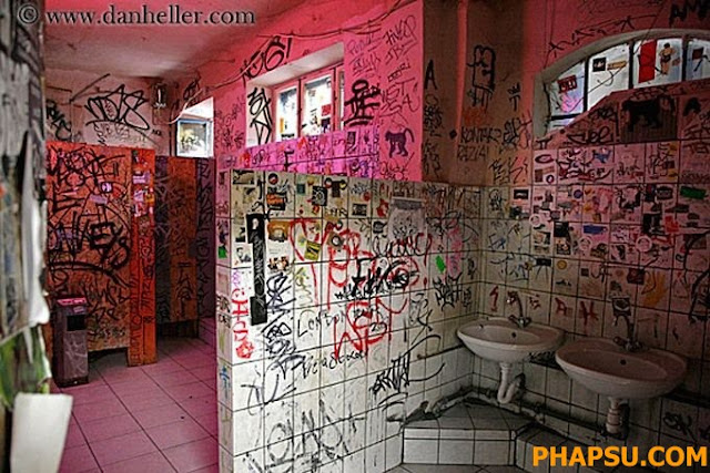 Creepy_and_Funny_Bathroom_Design__10.jpg