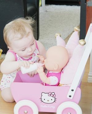 lillesøster leker med dukken