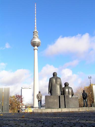 ☭ LA HUELLA SOCIALISTA SOVIETICA EN BERLIN ALEMANIA ☭ 068%20-%20Los%20Padres%20y%20los%20Hijos%20del%20Socialismo%20Contemplan%20su%20Obra