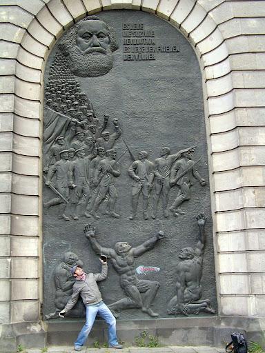 ☭ LA HUELLA SOCIALISTA SOVIETICA EN BERLIN ALEMANIA ☭ 094%20-%20Terrateniente%20Aplastado%20por%20la%20Masa%20Socialista