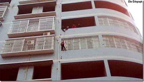 Casal puxa a filha por uma corda para fazê-la entrar em apartamento pela janela