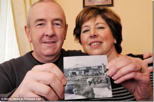 Casal britânicos aparecem na mesma foto 14 anos antes de se conhecerem