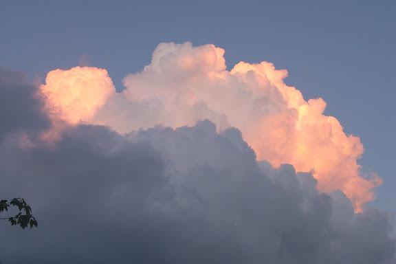 拍摄于6月22日当地东部时间晚上9点13分左右。在南方的天空上,这一片云彩看上去就像一枚重磅炸弹爆炸后产生的景象