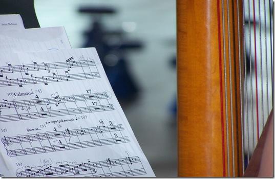 notas musicais e harpa