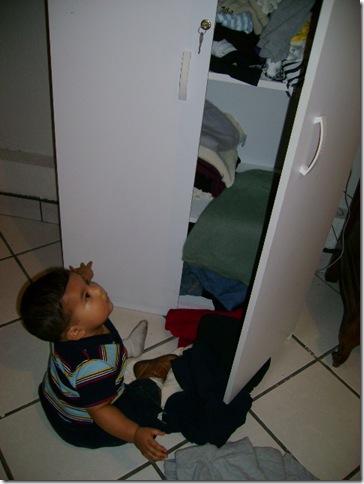 070926 Travesuras Josue tirando ropa de closet