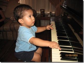 080815 Fri Mi primer encuentro con un piano (4)