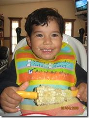 090406 Mon Josue comiendo Elote-1
