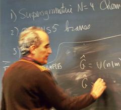 Professor escrevendo no quadro
