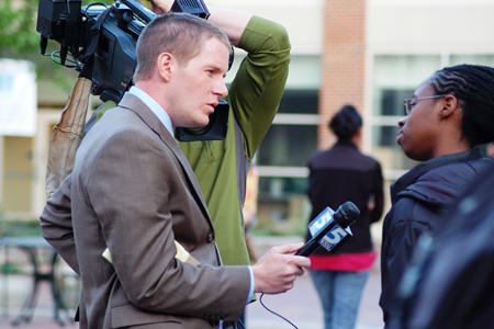 Repórter de TV entrevistando