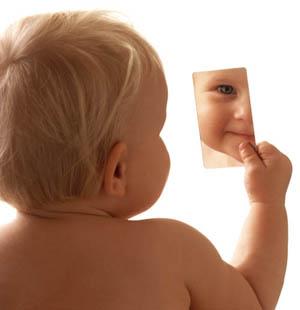 Bebê e espelho