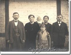 Bedstefar og bedstemor med børn og barnebarn