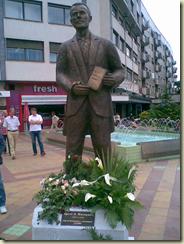 Άγαλμα του Κρίστε Μισίρκωφ στην πλατεία Πέλλα στο κέντρο της πόλης των Σκοπίων Споменикот на Крсте Мисирков на плоштадот Пела, во центарот на Скопје