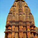 Ranarani temple's main tower is famous for its elegant sculptures of beautiful female figurines at play; some play with plants, hold children, admire themselves in mirrors and flirt with visitors.