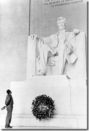 Фидель Кастро посещает мемориал  Авраама Линкольна во время своего визита в США (20 апреля 1959 г., фотограф Альберто Корда)