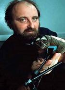 Miguel Nicolelis, acompanhado por macaco que ajudou a testar controle de braço robótico - Foto Duke University