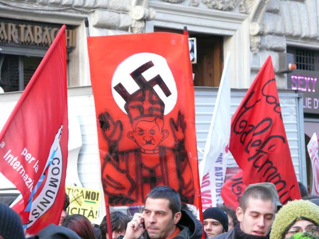 Die Meinung dieser Demonstranten auf einer Anti-Vatikan-Demo in Rom teile ich definitiv nicht, aber solche Vergleiche hätten durch ein offenes und klares Eintreten gegen Antisemitismus und für Menschenwürde bereits im Keim erstickt werden können.