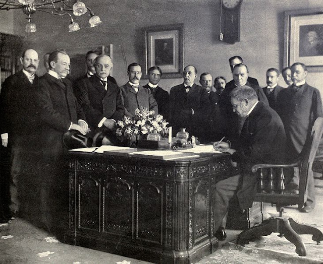 Jules_Cambon_signs_Treaty_of_Paris,_1899.JPG