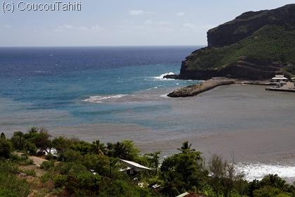 Le tsunami a remué le sable dans la baie colorant l'eau en marron