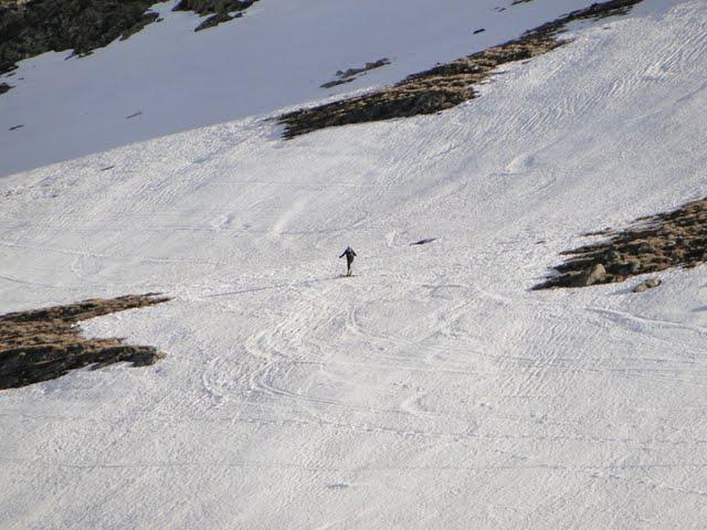 otro esquiador solitario