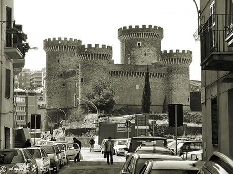 أجمل 42 قلعة حول العالم  Rocca_pia_castle%5B6%5D
