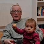 Far forsøger at holde styr på Sofia og skålen med chips...