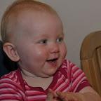 En glad lille pige