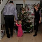 Der danses om juletræet, og Silje følger glad med :-)