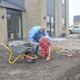 Silje hjælpe med at grave jord med hendes nye skovl