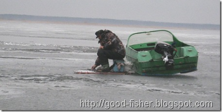 с лодкой на льду
