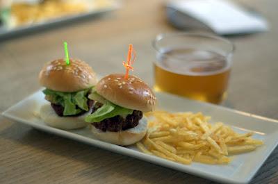 Mini hamburguesa de buey a la brasa, en Vino Tinto