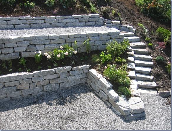 Natursteinsmurar vert stadig meir populaert i hagar. Steinen vert eit ...