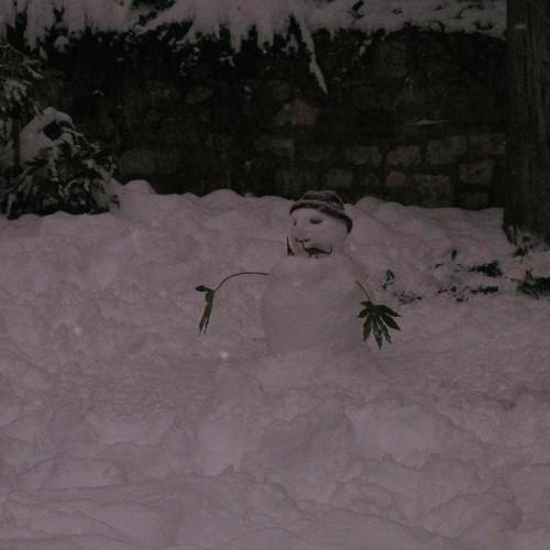 Bonhomme de neige dans le jardin du cloître Saint-Salvy