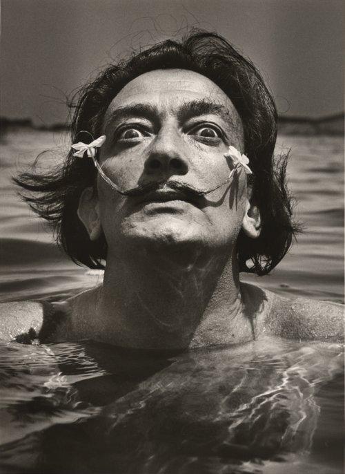 Dali dans l'eau - Jean Dieuzaide - Port-Llegat, 1953 (BM Lyon)