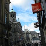 Blick in eine belebte Straße in Amsterdam