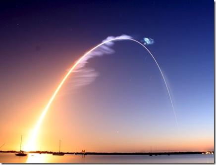 Rastro de luz dos motoes do Discovery mostram seu caminho aparente no céu (Foto: Jon Bahr / EFE)