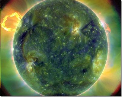 Imagem feita em 30/03/2010 no comprimento do ultravioleta; áreas vermelhas são mais frias do que azuis e verdes (Foto: NASA)