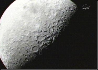Imagem da Lua capturada pela câmera da sonda LCROSS (Foto: NASA)
