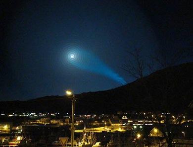 Fênomeno luminoso no céu da Noruega (Foto: Anita Olsen/AP)