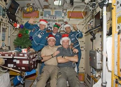 Tripulação da ISS conversando com os centros de controle (Foto: NASA)