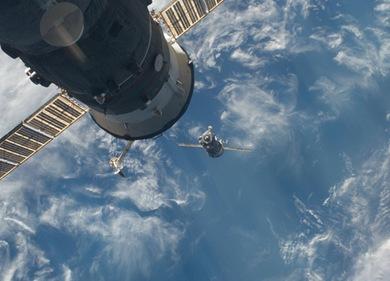 Soyuz se prepara para acoplagem (Foto: NASA)
