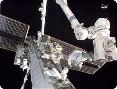 Douglas Wheelock (direita)e Tracy Caldwell Dyson (abaixo) trabalham em reparos na ISS (Foto: NASA)
