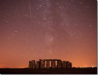 Perseída é registrado sobre Stonehenge, na planície de Salisbury, sul da Inglaterra Foto de longa exposição (Foto: Doherty Kieran / Reuters)