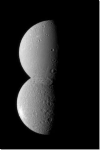 Reflexividade parecida e cratera em Dione cria cusioso efeito em alinhamento com Rea (Foto: NASA/JPL/Space Science Institute)