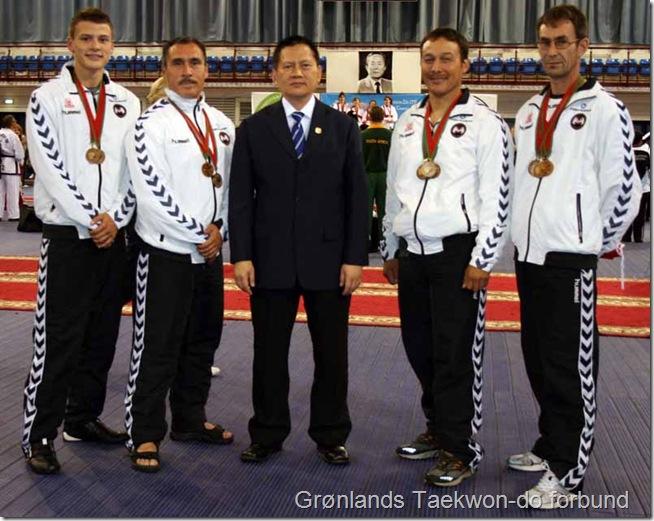 De grønlandske VM landshold med medaljerne og sammen med grandmaster Meng