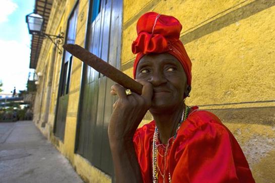 cubana fumando